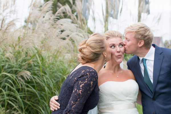 trouwfoto's maken van de familie en getuigen